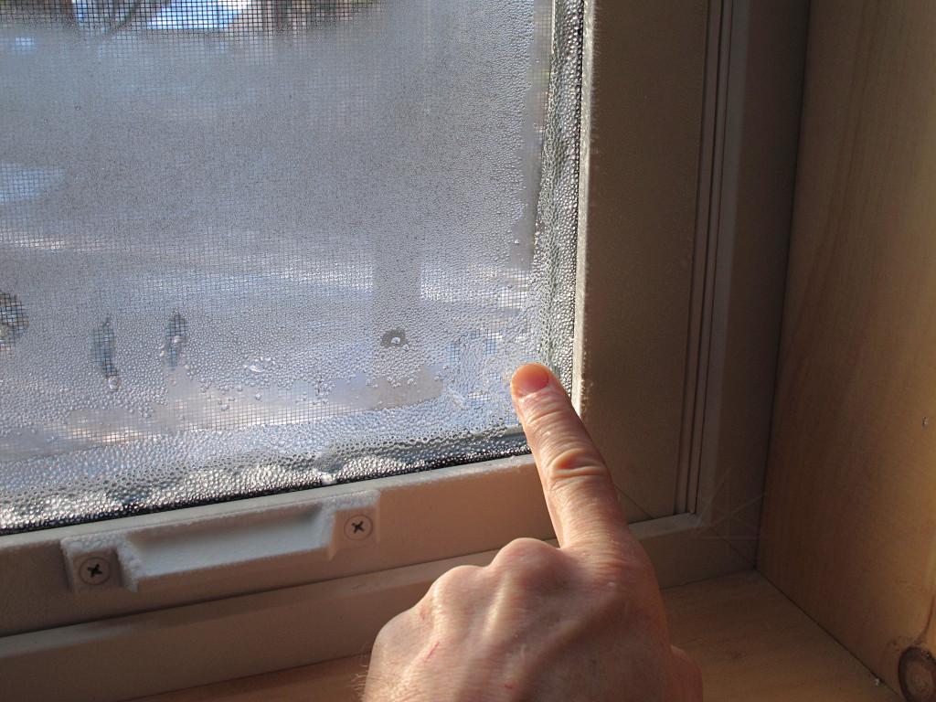 Пластиковое окно потеет между стеклами
